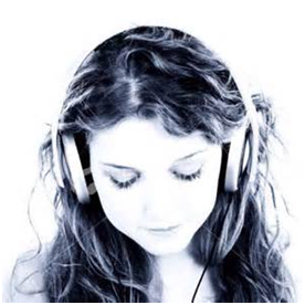 woman-listenting-to-headphone